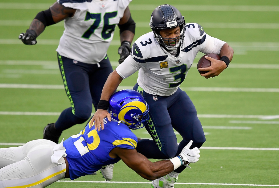 Terrell Lewis from the LA Rams is tackling Russell Wilson, Seattle's QB on Sunday Night, 15 November 2020